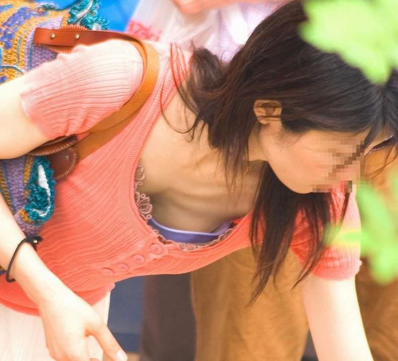 【おっぱい】公園の素人人妻や買い物中のOLや花見してるほろ酔いJDたちが谷間を盗撮されてる前かがみおっぱい画像集【80枚】 31