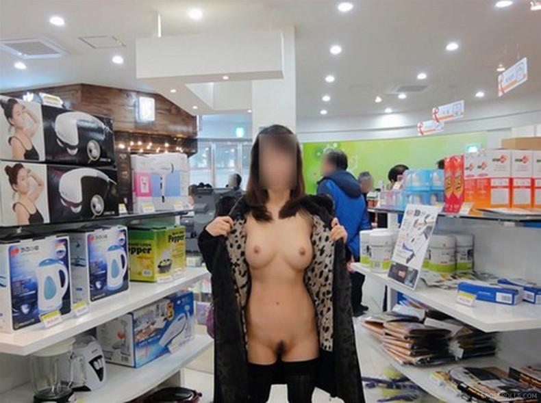 【おっぱい】素人の隠れ痴女がお客さんを尻目に乳首露出しちゃってる超スリリングな店内露出のおっぱい画像集【80枚】 32