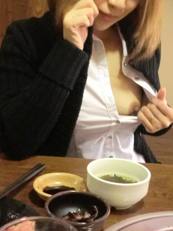 【おっぱい】素人の隠れ痴女がお客さんを尻目に乳首露出しちゃってる超スリリングな店内露出のおっぱい画像集【80枚】 64