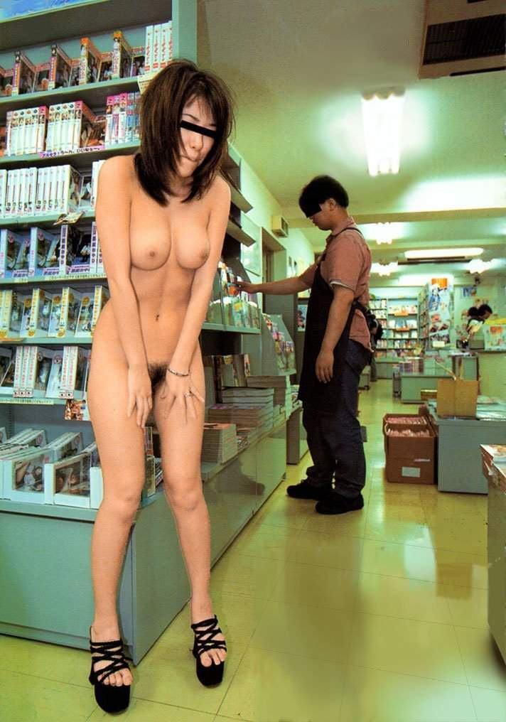 【おっぱい】素人の隠れ痴女がお客さんを尻目に乳首露出しちゃってる超スリリングな店内露出のおっぱい画像集【80枚】 73