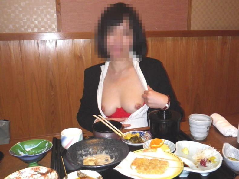 【おっぱい】素人の隠れ痴女がお客さんを尻目に乳首露出しちゃってる超スリリングな店内露出のおっぱい画像集【80枚】 78