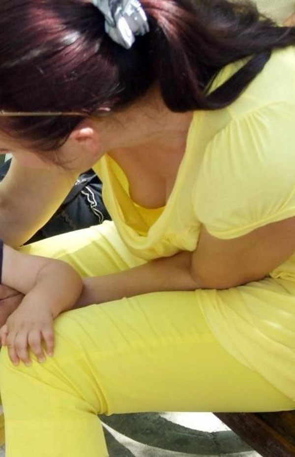 【おっぱい】赤ちゃん連れて気を取られて胸チラさせてたり子供に授乳させてる子連れ人妻のおっぱい画像集【80枚】