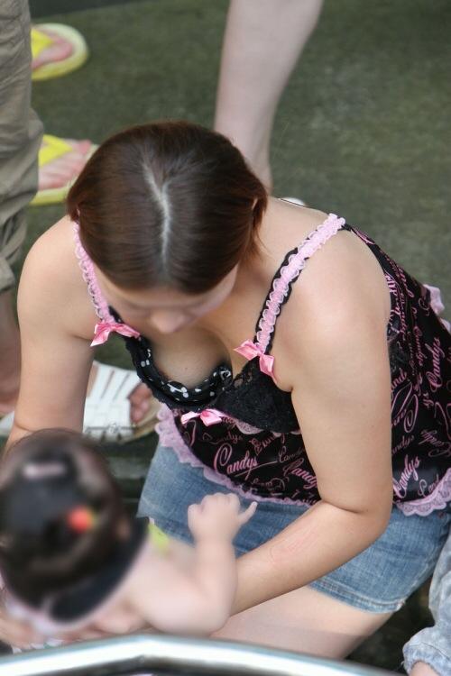 【おっぱい】赤ちゃん連れて気を取られて胸チラさせてたり子供に授乳させてる子連れ人妻のおっぱい画像集【80枚】 06
