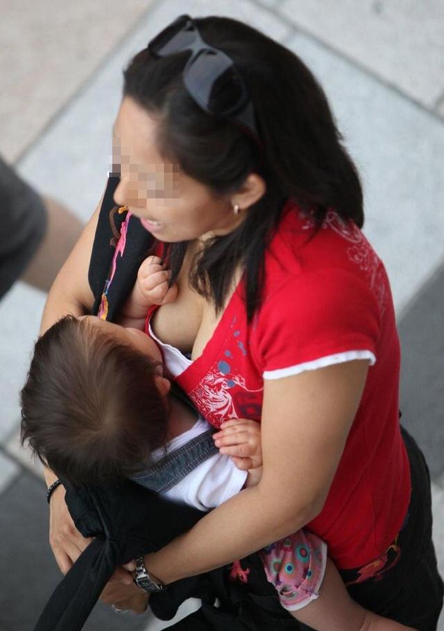【おっぱい】赤ちゃん連れて気を取られて胸チラさせてたり子供に授乳させてる子連れ人妻のおっぱい画像集【80枚】 34