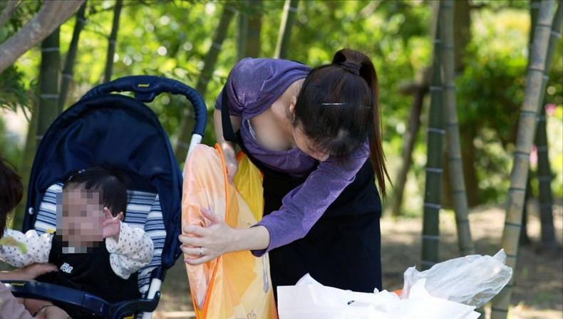 【おっぱい】赤ちゃん連れて気を取られて胸チラさせてたり子供に授乳させてる子連れ人妻のおっぱい画像集【80枚】 35