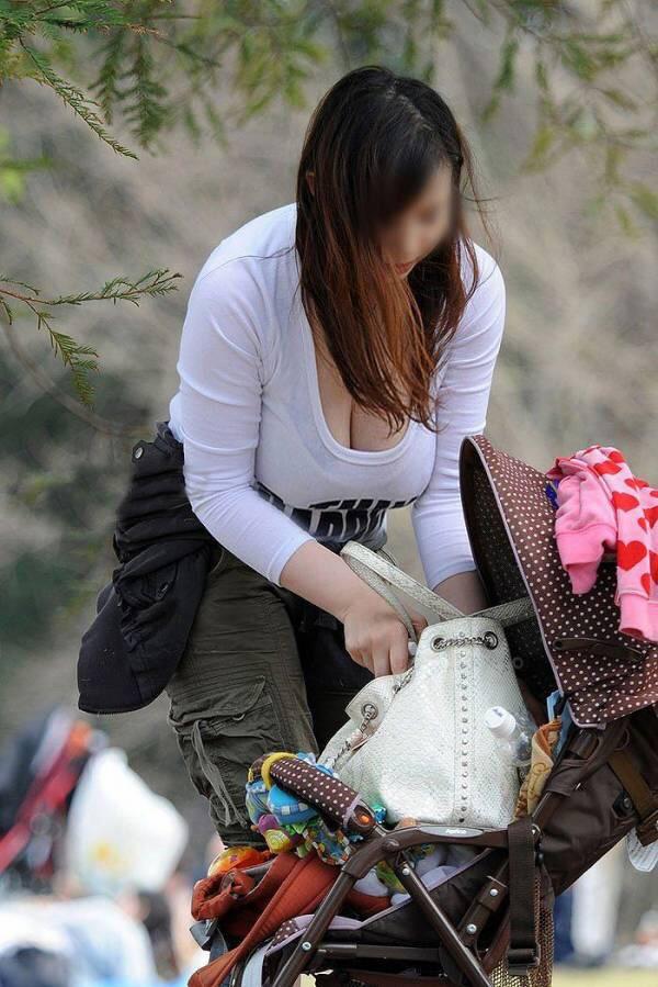 【おっぱい】赤ちゃん連れて気を取られて胸チラさせてたり子供に授乳させてる子連れ人妻のおっぱい画像集【80枚】 43