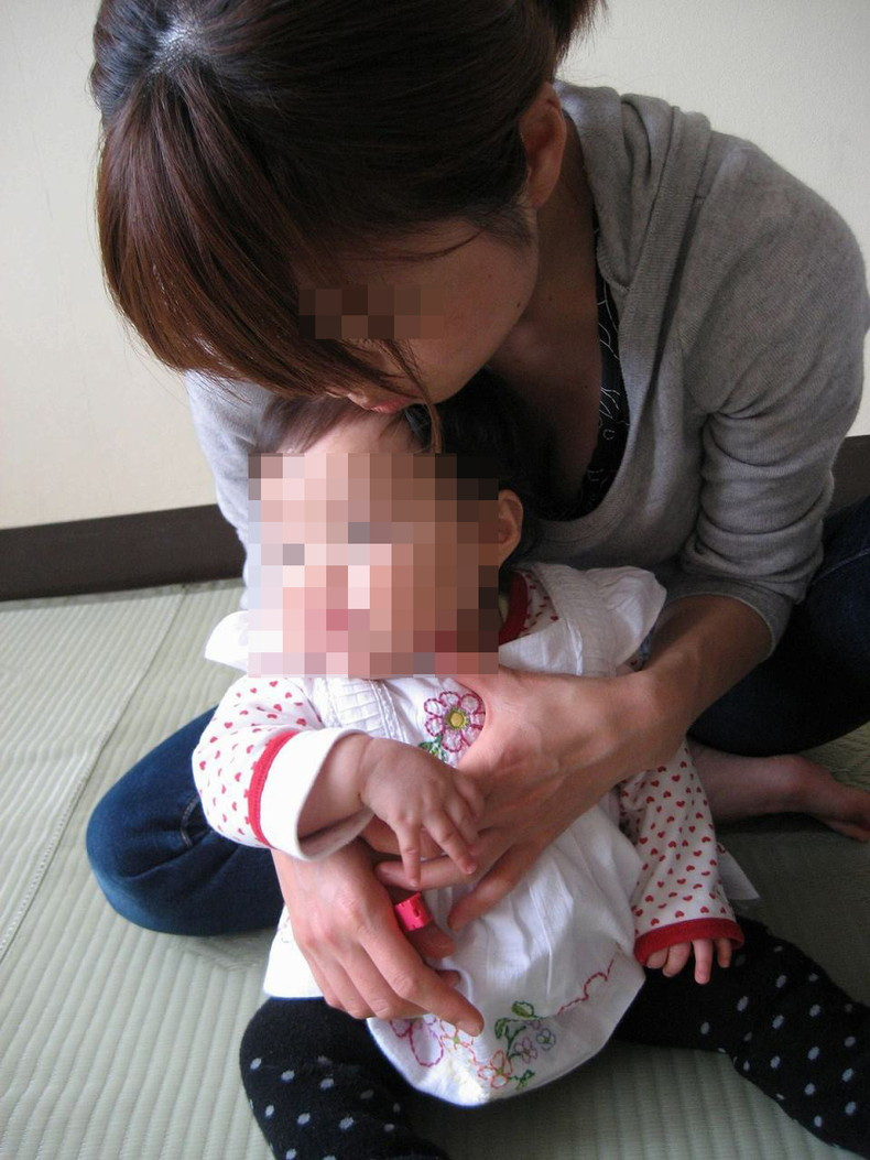 【おっぱい】赤ちゃん連れて気を取られて胸チラさせてたり子供に授乳させてる子連れ人妻のおっぱい画像集【80枚】 51