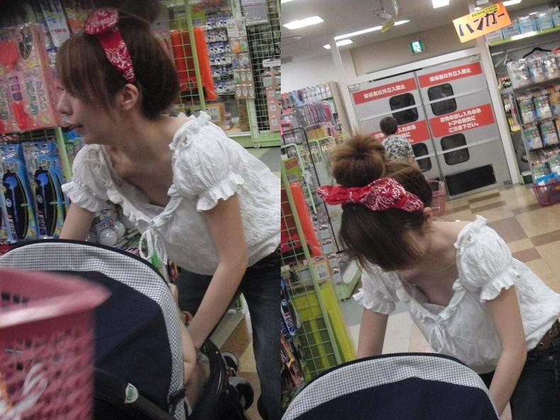【おっぱい】赤ちゃん連れて気を取られて胸チラさせてたり子供に授乳させてる子連れ人妻のおっぱい画像集【80枚】 61