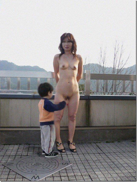 【おっぱい】赤ちゃん連れて気を取られて胸チラさせてたり子供に授乳させてる子連れ人妻のおっぱい画像集【80枚】 67