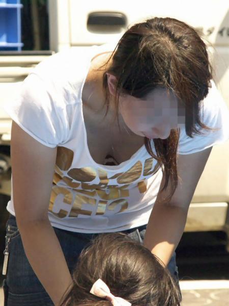 【おっぱい】赤ちゃん連れて気を取られて胸チラさせてたり子供に授乳させてる子連れ人妻のおっぱい画像集【80枚】 80