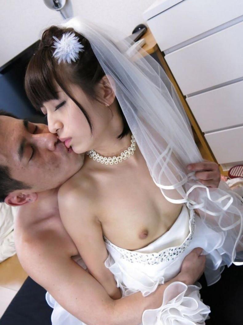 【おっぱい】披露宴当日に寝取られこの先が思いやられる若妻達のウエディングドレスおっぱい画像集【100枚】 10