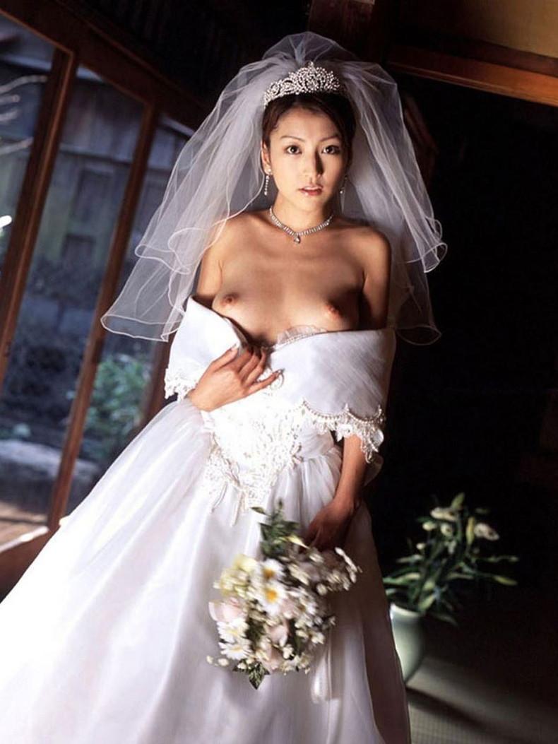 【おっぱい】披露宴当日に寝取られこの先が思いやられる若妻達のウエディングドレスおっぱい画像集【100枚】 37