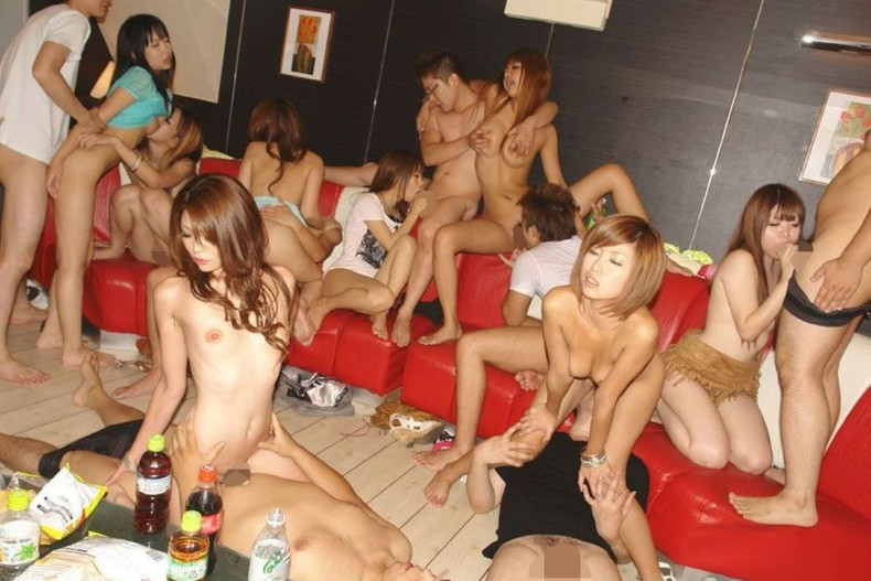 【おっぱい】普段は清楚なOLやお姉さんたちを大広間に集めて泥酔させてハメ撮りしちゃった泥酔乱交のおっぱい画像集【80枚】