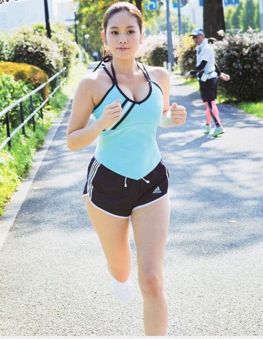【おっぱい】ジョギングしてて乳首が透けたりおっぱいがエロいことになってる巨乳娘とすれ違い僕はUターンして尾行した【80枚】 78