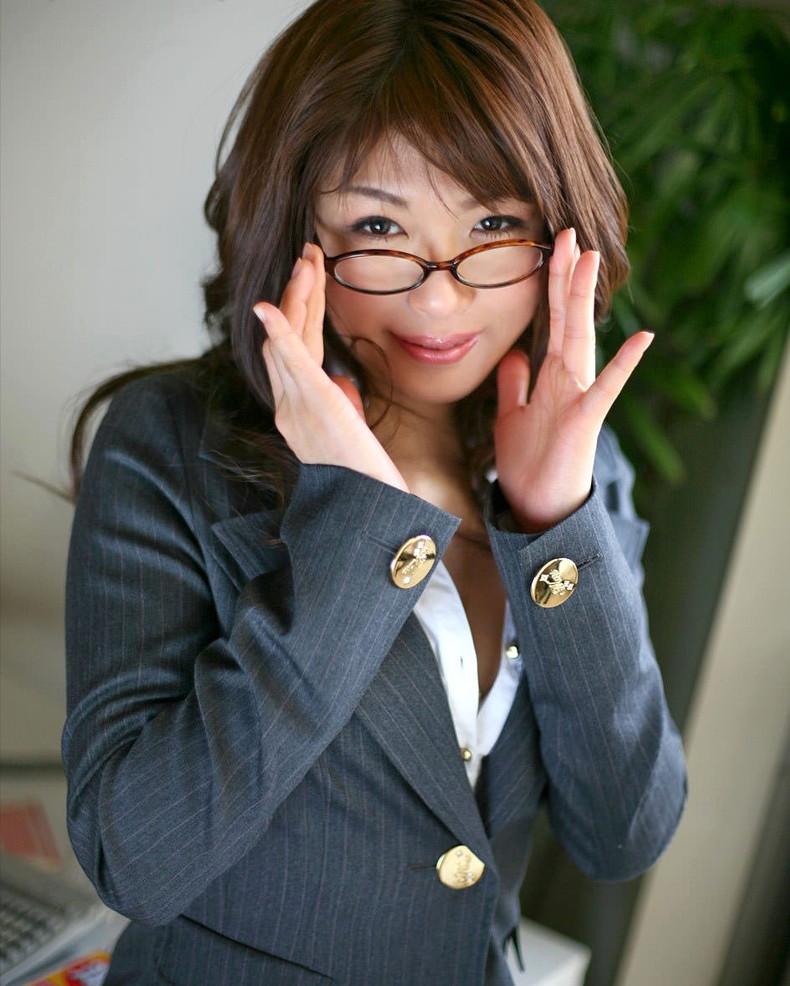 【おっぱい】メガネのインテリ系OLがスーツや事務制服脱いで乳首を露出しちゃってるメガネOLのおっぱい画像集【80枚】 14