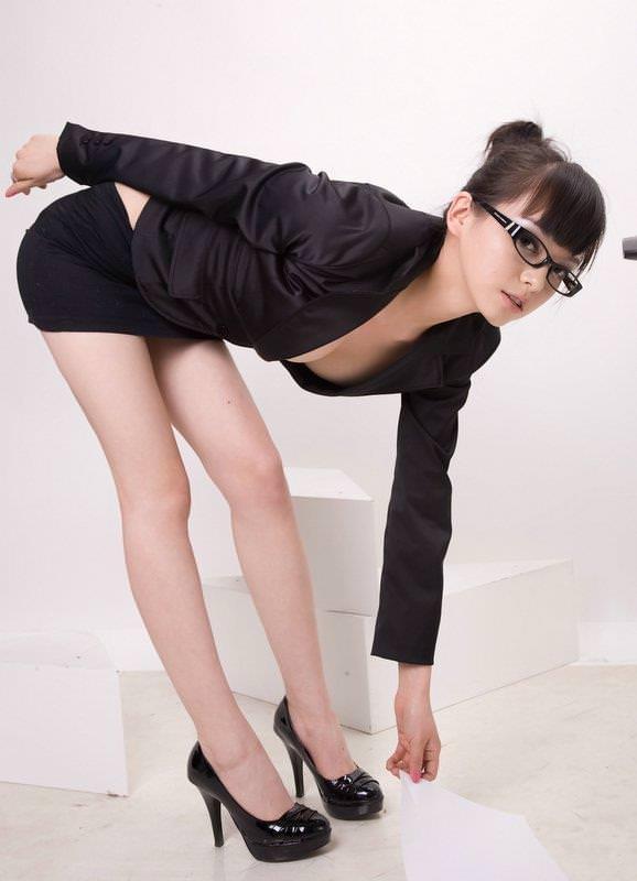 【おっぱい】メガネのインテリ系OLがスーツや事務制服脱いで乳首を露出しちゃってるメガネOLのおっぱい画像集【80枚】 26