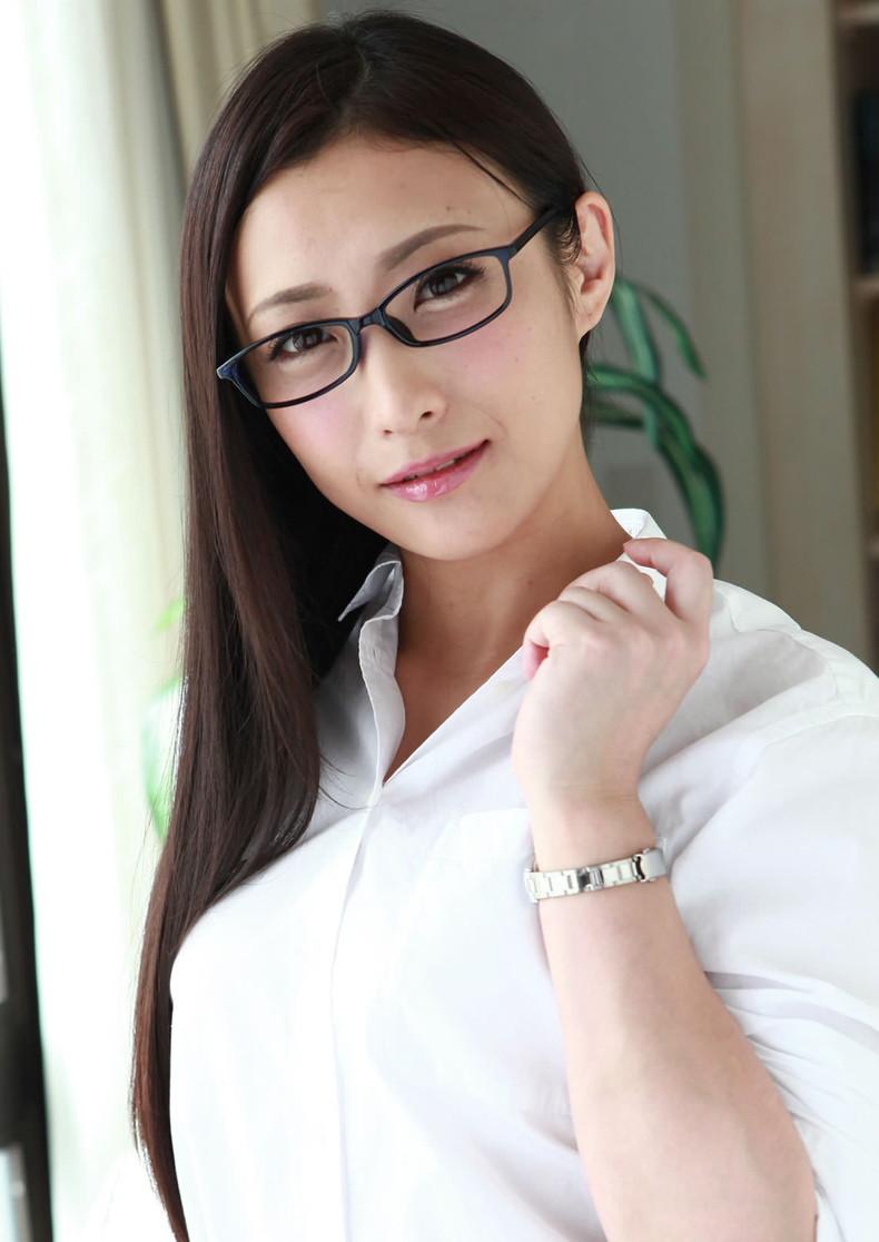 【おっぱい】メガネのインテリ系OLがスーツや事務制服脱いで乳首を露出しちゃってるメガネOLのおっぱい画像集【80枚】 30