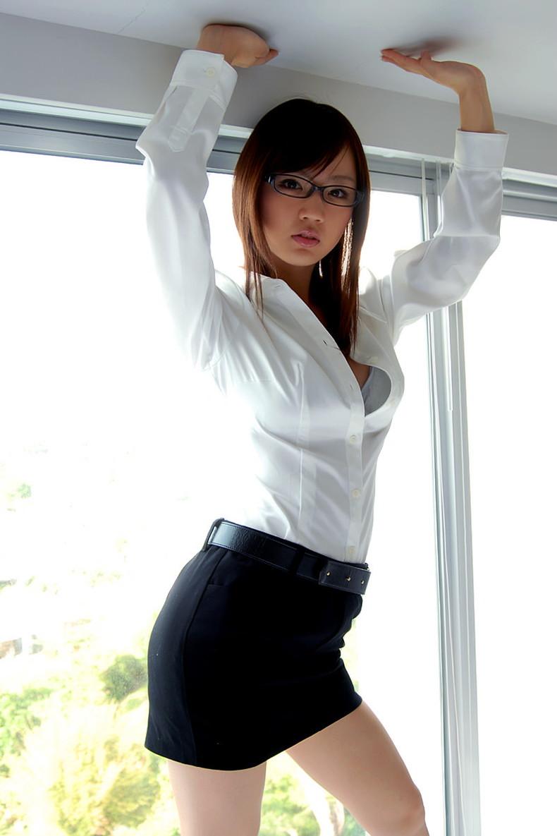 【おっぱい】メガネのインテリ系OLがスーツや事務制服脱いで乳首を露出しちゃってるメガネOLのおっぱい画像集【80枚】 36
