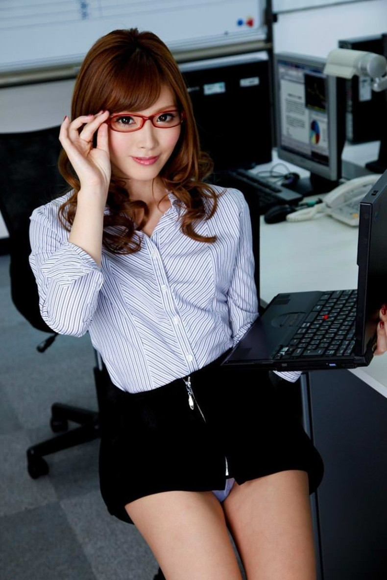 【おっぱい】メガネのインテリ系OLがスーツや事務制服脱いで乳首を露出しちゃってるメガネOLのおっぱい画像集【80枚】 41