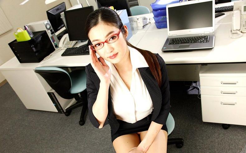 【おっぱい】メガネのインテリ系OLがスーツや事務制服脱いで乳首を露出しちゃってるメガネOLのおっぱい画像集【80枚】 46