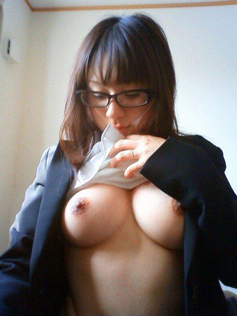 【おっぱい】メガネのインテリ系OLがスーツや事務制服脱いで乳首を露出しちゃってるメガネOLのおっぱい画像集【80枚】 53