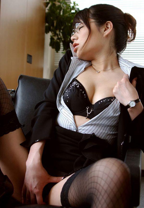 【おっぱい】メガネのインテリ系OLがスーツや事務制服脱いで乳首を露出しちゃってるメガネOLのおっぱい画像集【80枚】 72