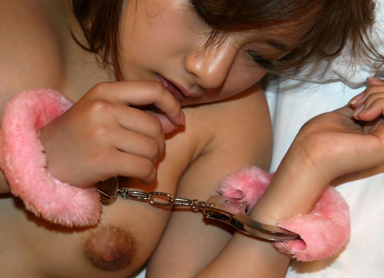 【おっぱい】ドMな女の子たちの両手を手錠拘束して乳首弄ったり固定バイブで虐めちゃう手錠おっぱい画像集【80枚】 48