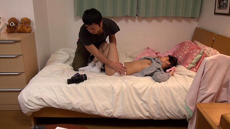 【おっぱい】人妻やロリ娘の寝室に侵入してパジャマや浴衣脱がして乳首弄って寝取っちゃった夜這いおっぱい画像集【80枚】 30