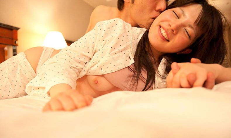 【おっぱい】人妻やロリ娘の寝室に侵入してパジャマや浴衣脱がして乳首弄って寝取っちゃった夜這いおっぱい画像集【80枚】 35