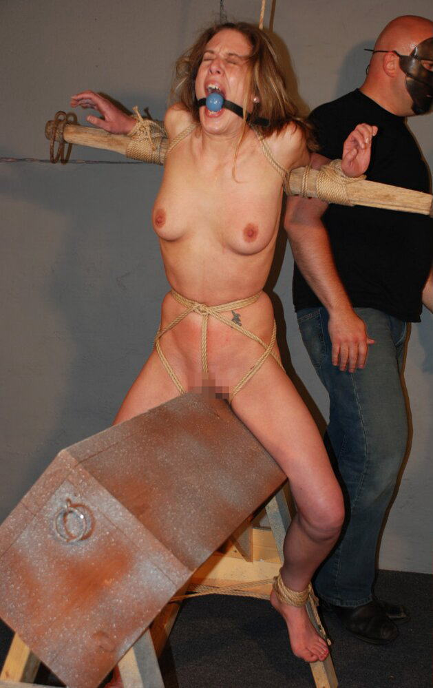 【おっぱい】三角木馬という超絶痛い拷問器具でチクビ勃起させて悶絶しちゃってるM女の三角木馬おっぱい画像集【80枚】 10