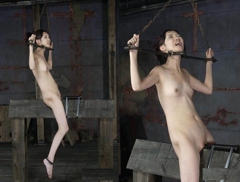 【おっぱい】三角木馬という超絶痛い拷問器具でチクビ勃起させて悶絶しちゃってるM女の三角木馬おっぱい画像集【80枚】 12