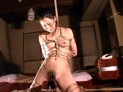 【おっぱい】三角木馬という超絶痛い拷問器具でチクビ勃起させて悶絶しちゃってるM女の三角木馬おっぱい画像集【80枚】 14