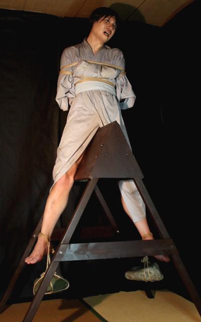 【おっぱい】三角木馬という超絶痛い拷問器具でチクビ勃起させて悶絶しちゃってるM女の三角木馬おっぱい画像集【80枚】 18