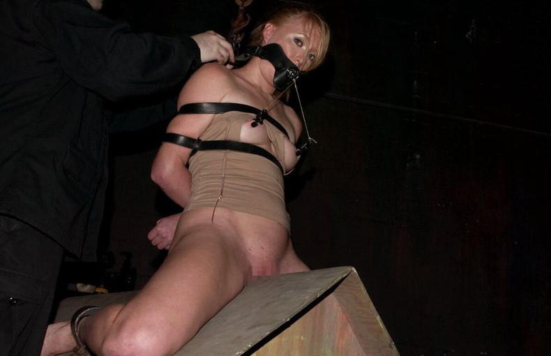 【おっぱい】三角木馬という超絶痛い拷問器具でチクビ勃起させて悶絶しちゃってるM女の三角木馬おっぱい画像集【80枚】 21