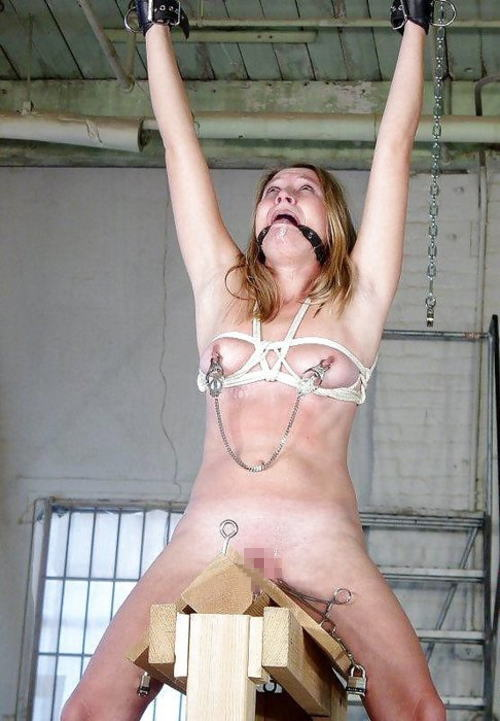 【おっぱい】三角木馬という超絶痛い拷問器具でチクビ勃起させて悶絶しちゃってるM女の三角木馬おっぱい画像集【80枚】 22
