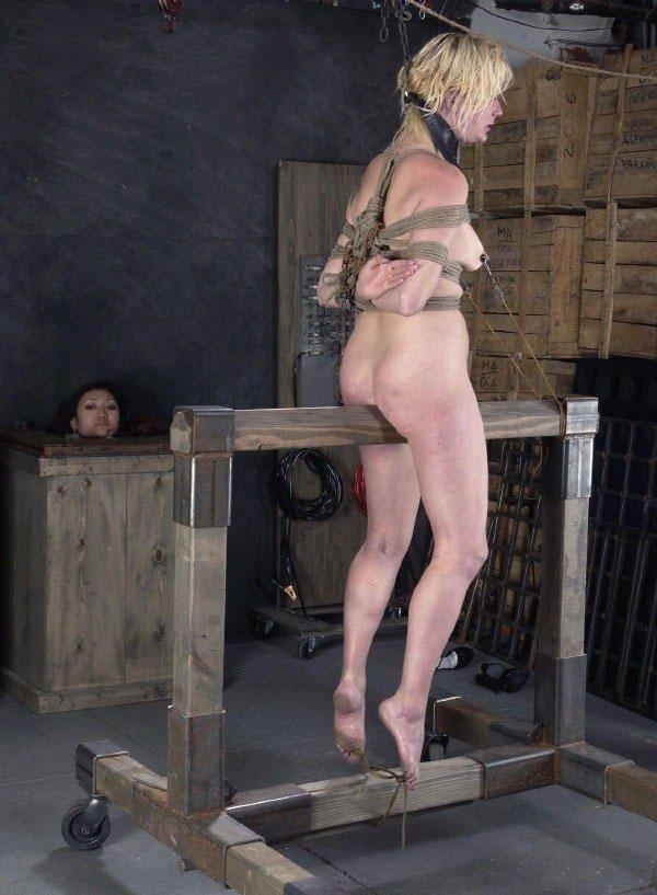 【おっぱい】三角木馬という超絶痛い拷問器具でチクビ勃起させて悶絶しちゃってるM女の三角木馬おっぱい画像集【80枚】 28