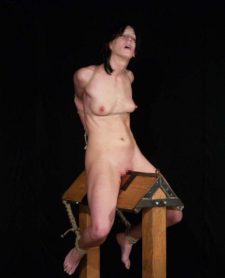 【おっぱい】三角木馬という超絶痛い拷問器具でチクビ勃起させて悶絶しちゃってるM女の三角木馬おっぱい画像集【80枚】 30