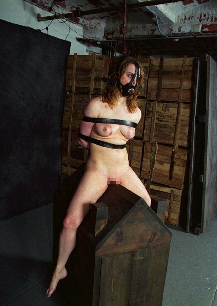 【おっぱい】三角木馬という超絶痛い拷問器具でチクビ勃起させて悶絶しちゃってるM女の三角木馬おっぱい画像集【80枚】 34