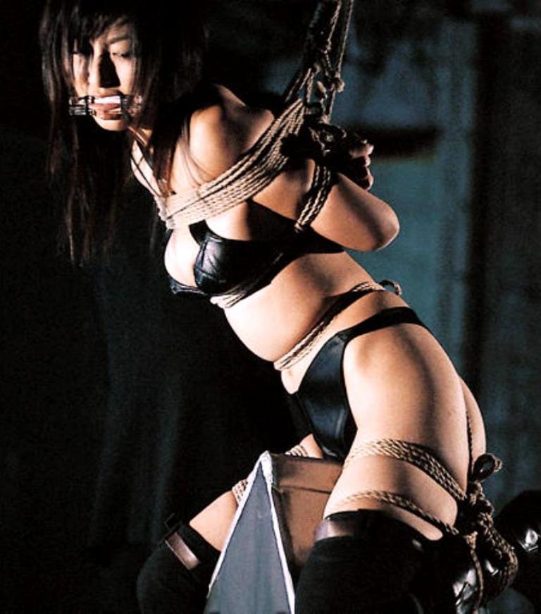 【おっぱい】三角木馬という超絶痛い拷問器具でチクビ勃起させて悶絶しちゃってるM女の三角木馬おっぱい画像集【80枚】 45