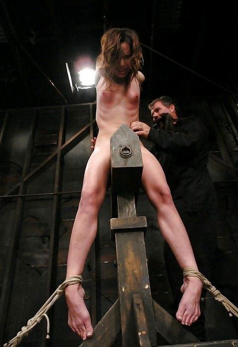 【おっぱい】三角木馬という超絶痛い拷問器具でチクビ勃起させて悶絶しちゃってるM女の三角木馬おっぱい画像集【80枚】 47