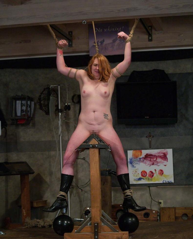 【おっぱい】三角木馬という超絶痛い拷問器具でチクビ勃起させて悶絶しちゃってるM女の三角木馬おっぱい画像集【80枚】 50