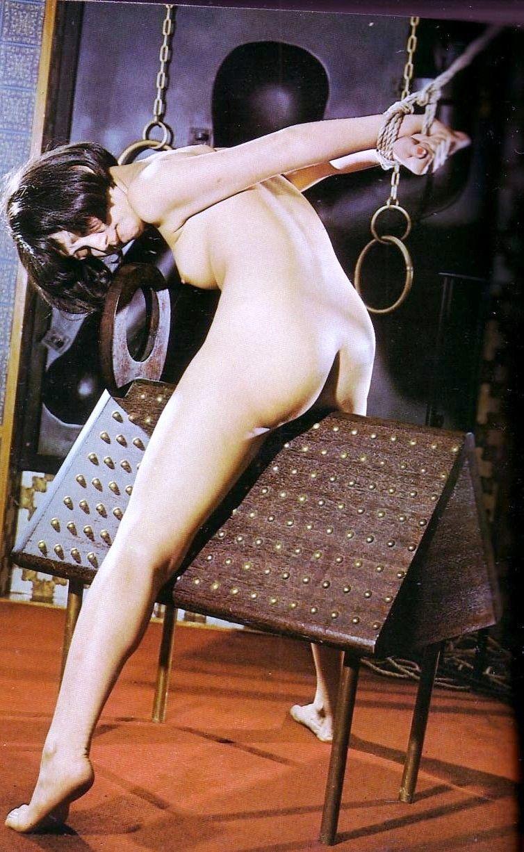 【おっぱい】三角木馬という超絶痛い拷問器具でチクビ勃起させて悶絶しちゃってるM女の三角木馬おっぱい画像集【80枚】 51