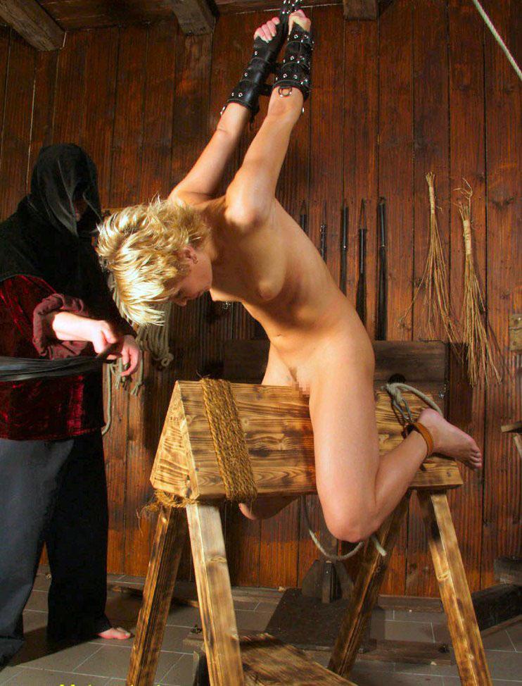 【おっぱい】三角木馬という超絶痛い拷問器具でチクビ勃起させて悶絶しちゃってるM女の三角木馬おっぱい画像集【80枚】 52