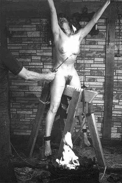【おっぱい】三角木馬という超絶痛い拷問器具でチクビ勃起させて悶絶しちゃってるM女の三角木馬おっぱい画像集【80枚】 57