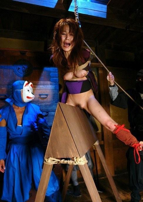 【おっぱい】三角木馬という超絶痛い拷問器具でチクビ勃起させて悶絶しちゃってるM女の三角木馬おっぱい画像集【80枚】 58