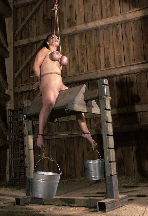 【おっぱい】三角木馬という超絶痛い拷問器具でチクビ勃起させて悶絶しちゃってるM女の三角木馬おっぱい画像集【80枚】 63