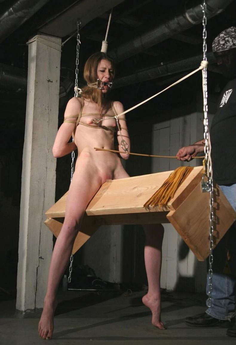 【おっぱい】三角木馬という超絶痛い拷問器具でチクビ勃起させて悶絶しちゃってるM女の三角木馬おっぱい画像集【80枚】 67