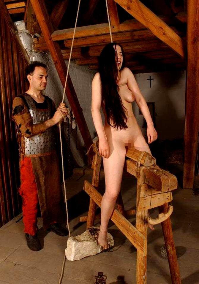 【おっぱい】三角木馬という超絶痛い拷問器具でチクビ勃起させて悶絶しちゃってるM女の三角木馬おっぱい画像集【80枚】 78