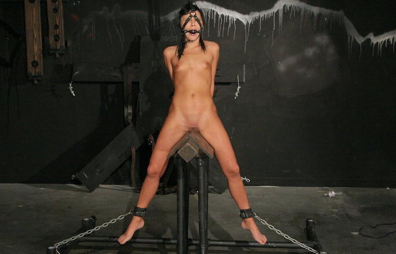 【おっぱい】三角木馬という超絶痛い拷問器具でチクビ勃起させて悶絶しちゃってるM女の三角木馬おっぱい画像集【80枚】 80