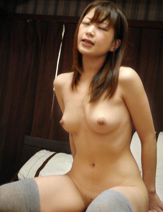 【おっぱい】全裸にニーハイソックスというロリ感たっぷりなビッチ女子たちがフェラしたりチンコ挿入されちゃってるニーソおっぱい画像集【80枚】 33